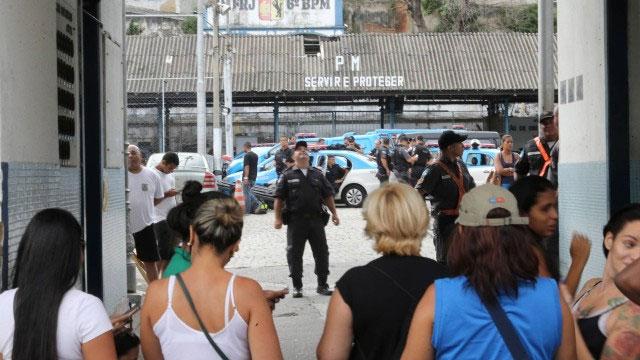 Protesto de mulheres de policiais na frente do 6º batalhão (Tijuca)