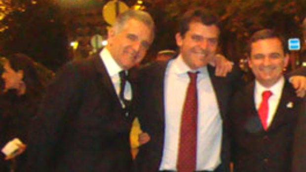 Deputado Júlio Lopes, Fernando Cavendish (Delta) e Regis Fichtner posando abraçados em Paris
