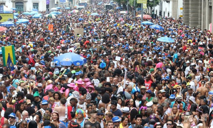 Multidão vai atrás do Bola Preta