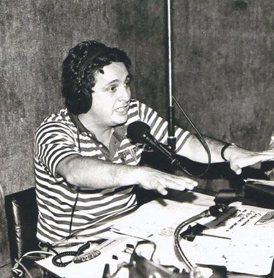Apresentando o programa de debates A Cadeira Elétrica, no estúdio da Rádio Continental, de Campos