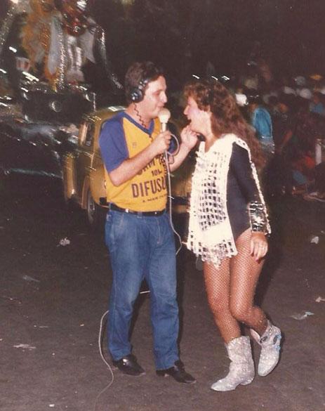 Como repórter de rua, na Rádio Campos Difusora, entrevistando uma foliã no carnaval.