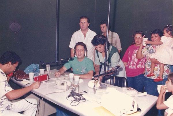 Nos estúdios da Rádio Cultura, de Campos, apresentando o Show das Donas de Casa.