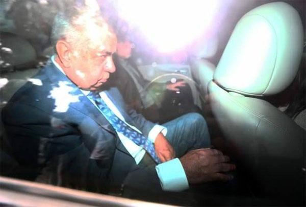 Jorge Picciani sendo levado coercitivamente pela Polícia Federal (Foto: Wilton Junior/Estadão)