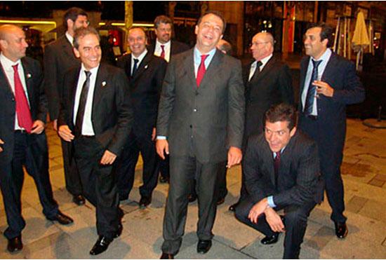 Sérgio Cabral numa das farras em Paris, com Fernando Cavendish (agachado), o presidente do TCE, Aloysio Neves (logo atrás à direita), Wilson Carlos (atrás à esquerda)