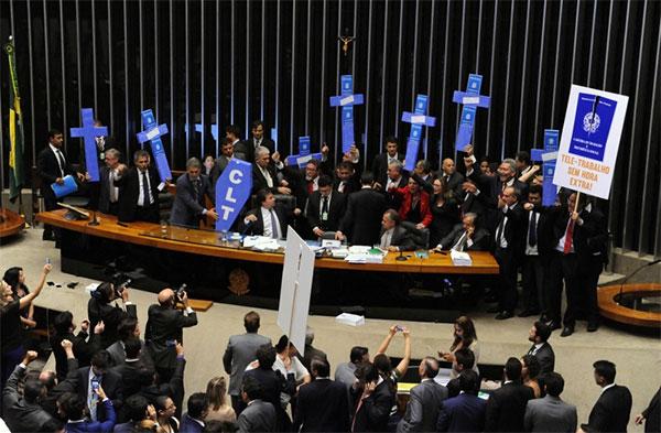 Deputados protestam contra reforma trabalhista