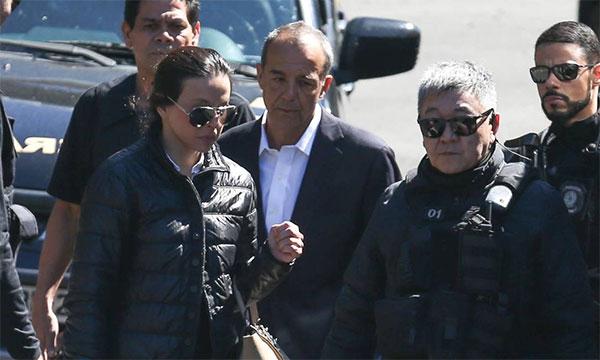 Adriana Ancelmo e Sérgio Cabral conduzidos pelo Japonês da Federal na chegada a Curitiba