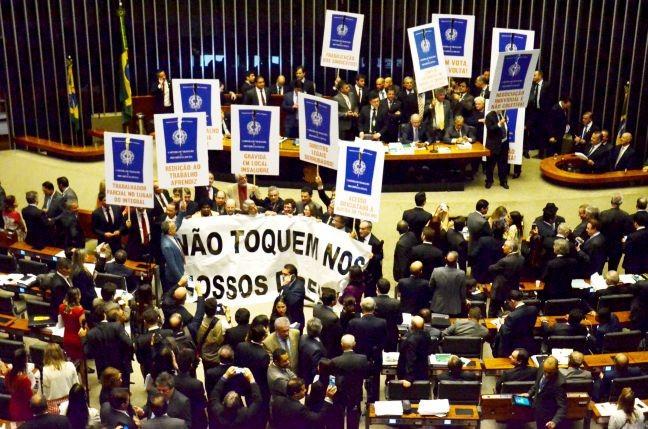 Deputados protestam no plenário contra reforma trabalhista