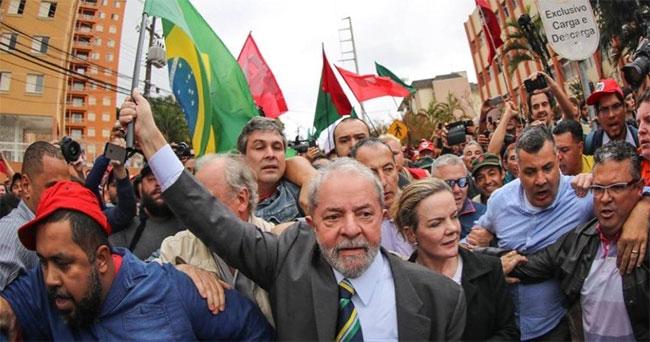 Lula chegando para o depoimento a Sérgio Moro