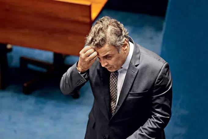 Aécio Neves deixando o plenário do Senado, na semana passada, após ser divulgada notícia da gravação de Joesley Batista