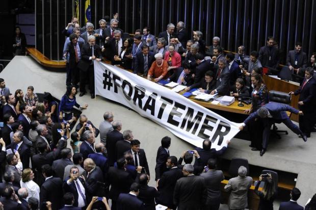 """Deputados abrem faixa """"Fora Temer"""" no plenário da Câmara"""