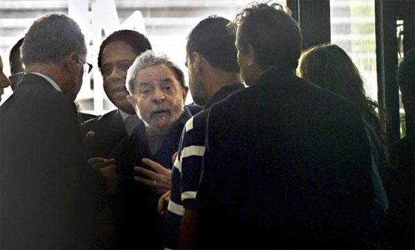 Lula cercado de parlamentares aliados no Aeroporto de Congonhas, quando foi levado coercitivamente para depor pela Polícia Federal
