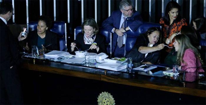 Da esquerda para a direita, senadoras Regina Souza (PT-PI), Gleisi Hoffmann (PT-PR), Fátima Bezerra (PT-RN) e Vanessa Grazziotin (PCdoB-AM)