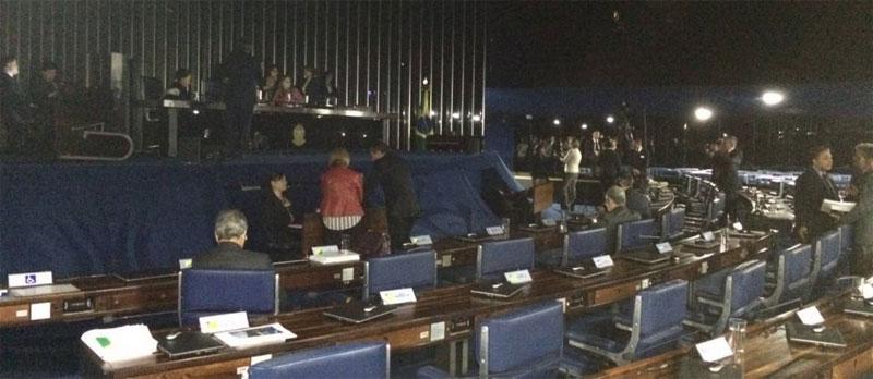 Senado às escuras por ordem do presidente Eunício Oliveira (PMDB-CE)