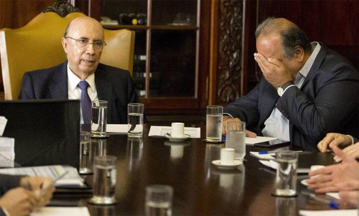 Pezão coloca a mão na cabeça durante reunião com o ministro da Fazenda, Henrique Meirelles durante discussão sobre a recuperação fiscal do Rio