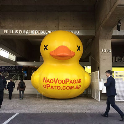 """O """"pato"""", símbolo da luta contra o aumento de impostos, de volta ao prédio da FIESP"""
