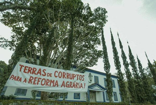 Faixa colocada na Fazenda Santa Rosa, de Ricardo Teixeira, em Piraí, sul fluminense