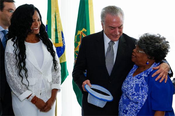 Jorge Luiz Castanheira, presidente da LIESA, Selminha Sorriso, Temer e Tia Surica na reunião de ontem no Planalto