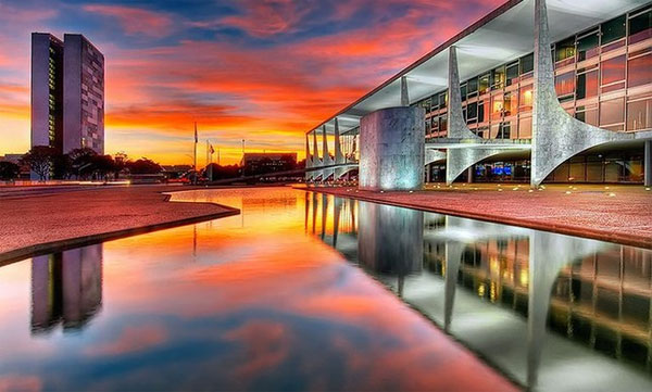 Palácio do Planalto com prédio do Congresso ao fundo