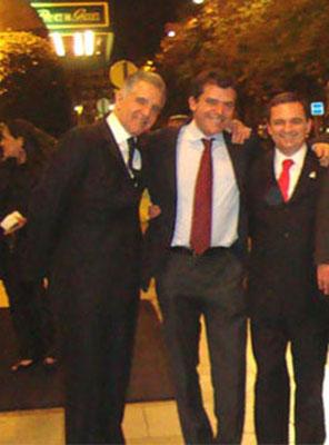 Regis Fichtner (à direita), no centro, Fernando Cavendish, e à esquerda, Julio Lopes numa farra da Gangue dos Guardanapos em Paris (foto na Avenue Champ Elysées)