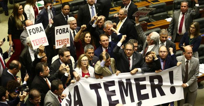 Deputados protestam na Câmara no dia da votação da primeira denúncia contra Temer